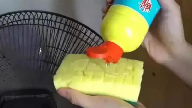 Cho một ít nước rửa bát vào máy rửa bát