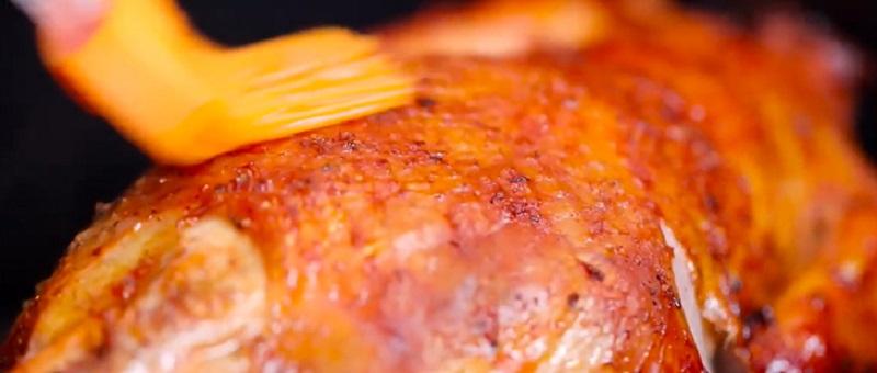 Thoa đều một lớp dầu ăn lên thân gà.