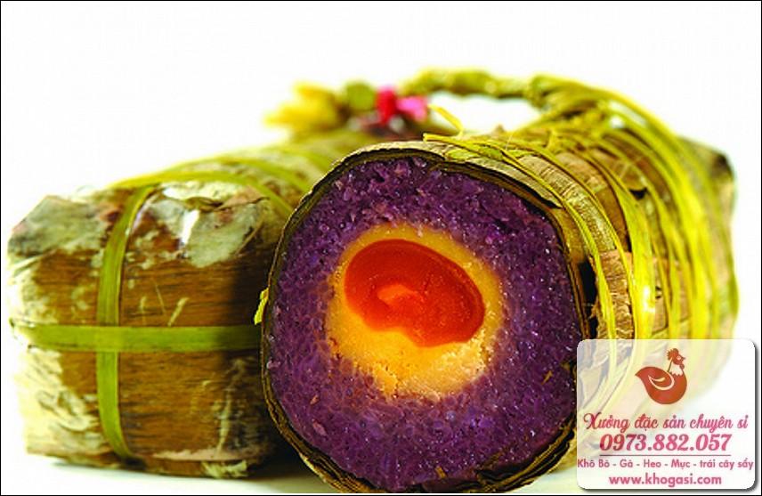 Banh tét lá cấm - Một món ăn đặc sản của Sài Gòn làm quà tặng tết.